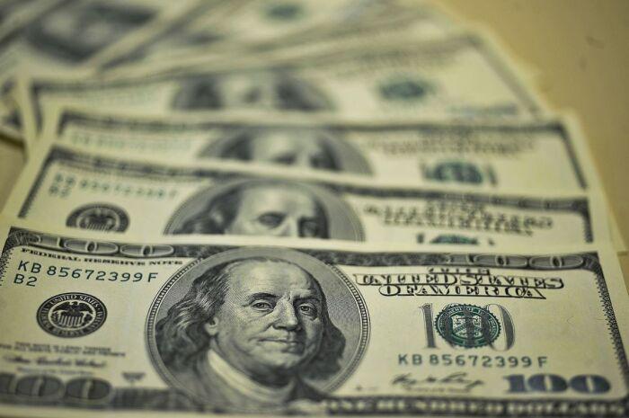 Ibovespa opera em baixa, com dólar vendido a R$ 3,74