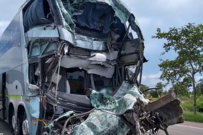 Motorista de ônibus morre ao bater na traseira de bitrem