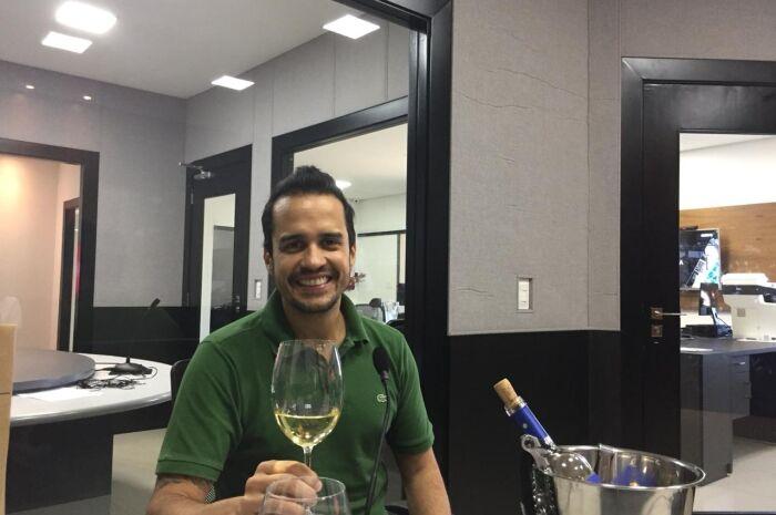 Diogo Wendling degusta o vinho
