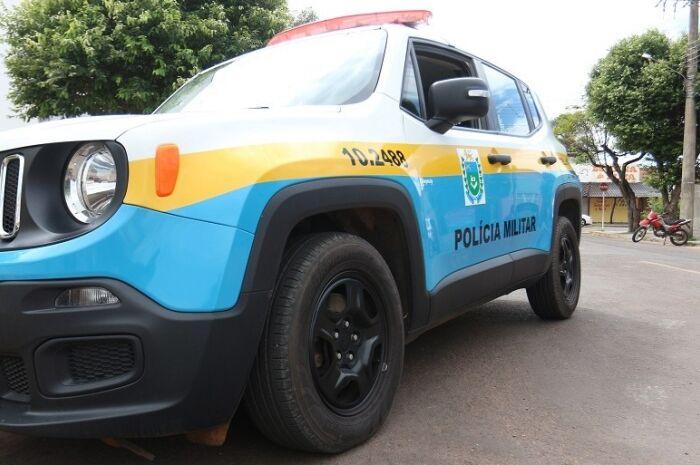 Três motoristas são presos por embriaguez ao volante; um atingiu carro em poste