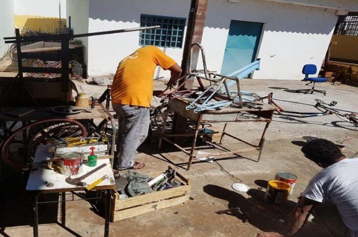 Fabricação de cadeiras por detentos gera inclusão dentro e fora de presídio