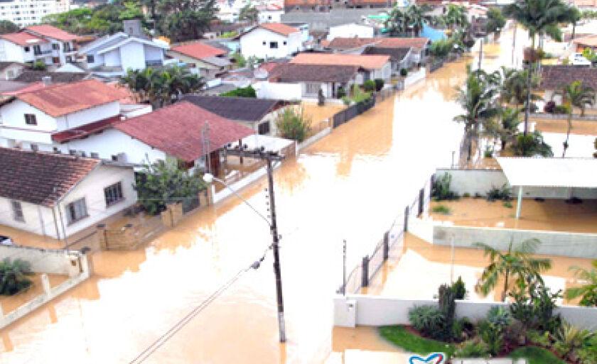 Ontem o número de mortos, por causa das enchentes, chegou a quase 100