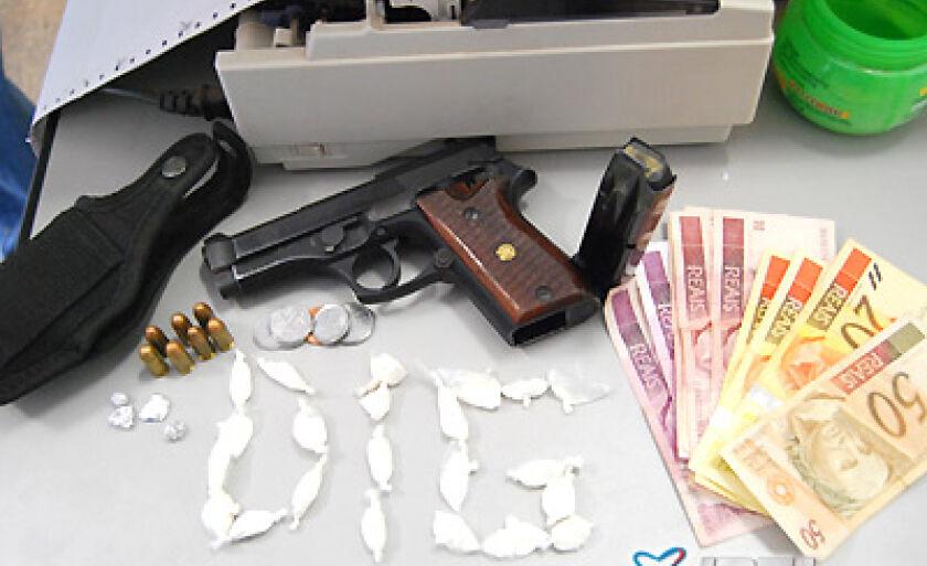 Drogas, arma, munições e dinheiro apreendidos com Cleiton
