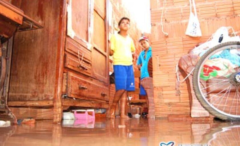 Uma família do bairro Carandá teve a casa destelhada e destruída parcialmente