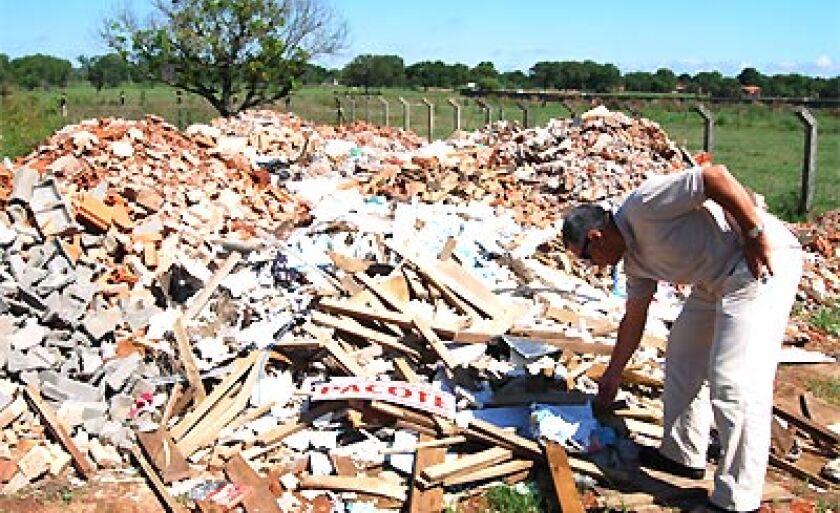 Entulhos sólidos de resíduos de construções eram jogados indevidamente perto das Lagoas