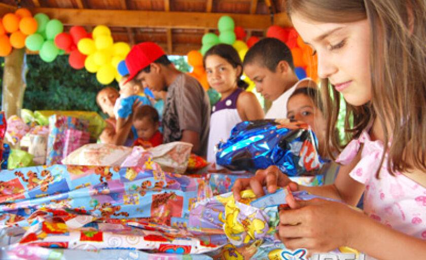 Crianças das famílias, que moram temporariamente na Vila Vicentina, receberam presentes
