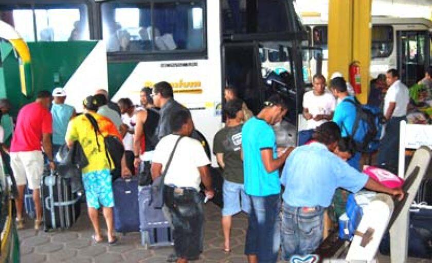 Demissões provocam aglomeração de passageiros no terminal rodoviário