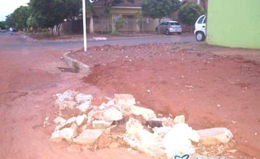 Ontem (2), um morador enviou a foto acima, ilustrando parte do problema
