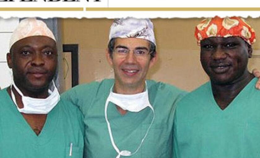 David Nott, no centro, e colegas no hospital de Rutshuru, onde ele trabalha como voluntário