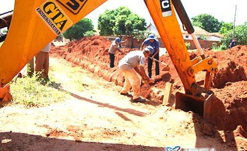 Operários realizam serviço de escavação para depois trocar os tubos rompidos por novos