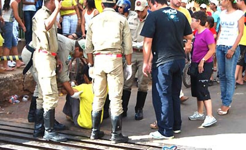 O estudante (ainda caído) foi socorrido por equipe do Corpo de Bombeiros