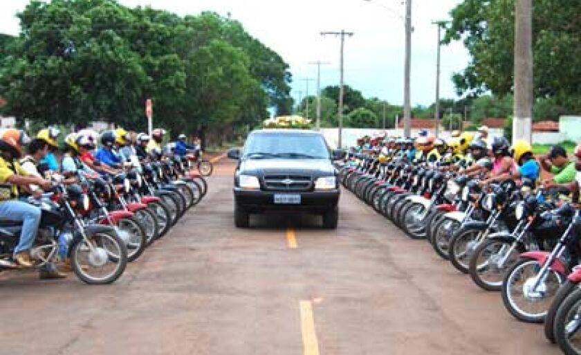 Mototaxistas enfileirados na entrada do cemitério