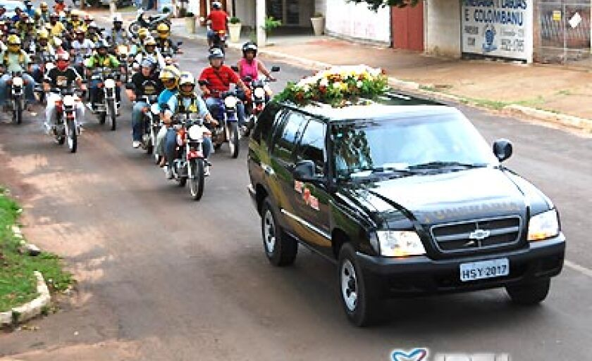 Cerca de 50 mototaxistas acompanharam o corpo Agenor até o cemitério municipal
