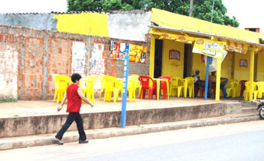 Calçadas irregulares dificultam tráfego de pedestres e cadeirantes