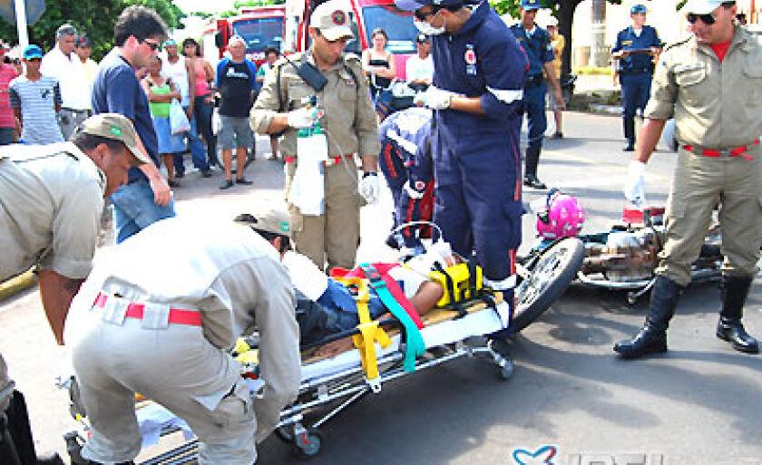 Motociclista atropelada por camionete é socorrida pelo Samu e Bombeiros, na avenida Eloy Chaves