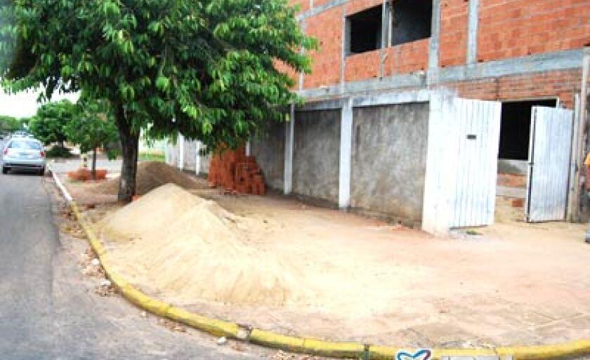 Calçada está servindo de depósito de materiais de construção