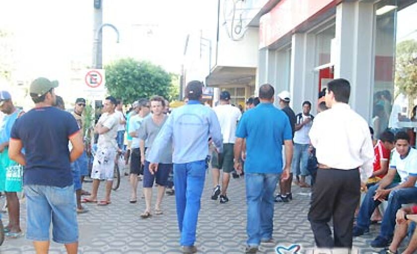 Trabalhadores lotam o centro da cidade, principalmente nas áreas dos bancos; com o recesso, a área deverá ser esvaziada
