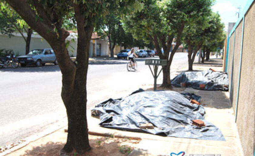 Desrespeito à legislação persiste: calçada usada como depósito de materiais