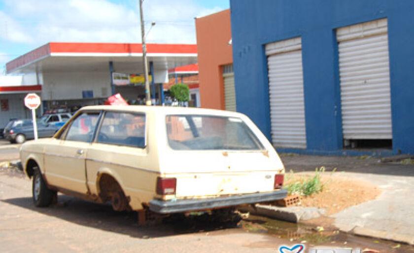 Latas Velhas estão abandonadas no bairro Lapa