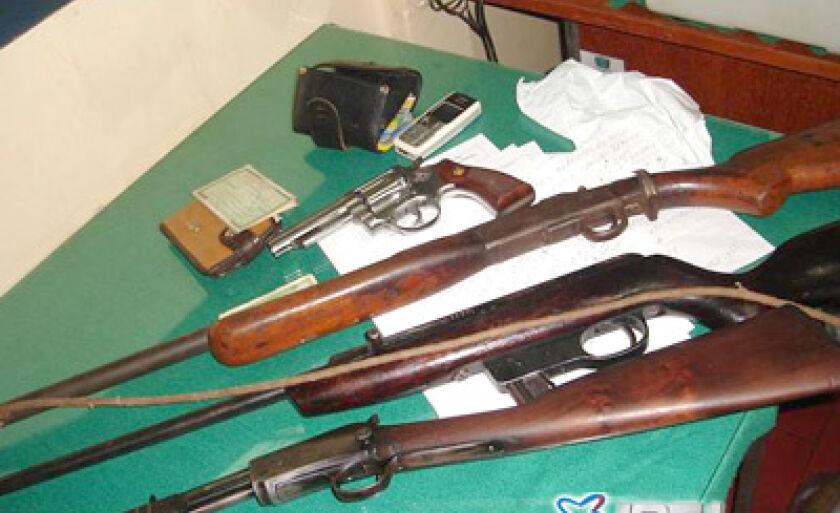Armas e munições foram encontradas na casa de um dos detidos