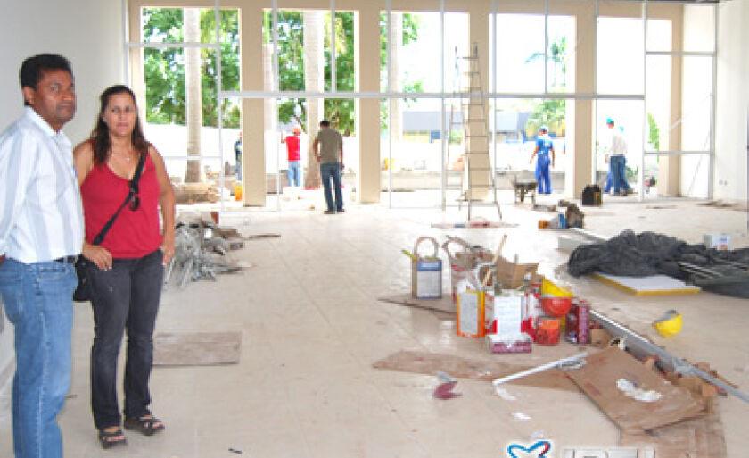 Vereador Rialino e engenheira Wilma Lara acompanham serviços de acabamento do salão de eventos
