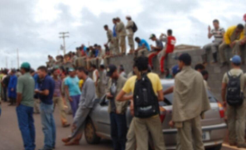 Trabalhadores em frente a Eldorado Brasil, na BR-158