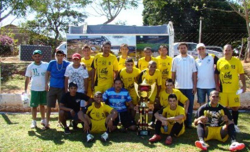 Atletas do Água Clara posam com a taça de campeão após a vitória no distrito de Arapuá