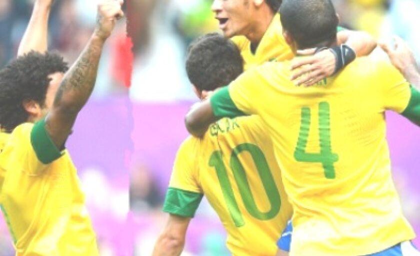 Brasileiros comemoram gol contra a Bielorrússia