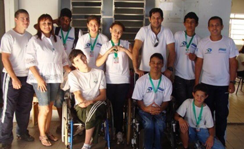 Alunos da Apae posam com as medalhas conquistadas em Campo Grande