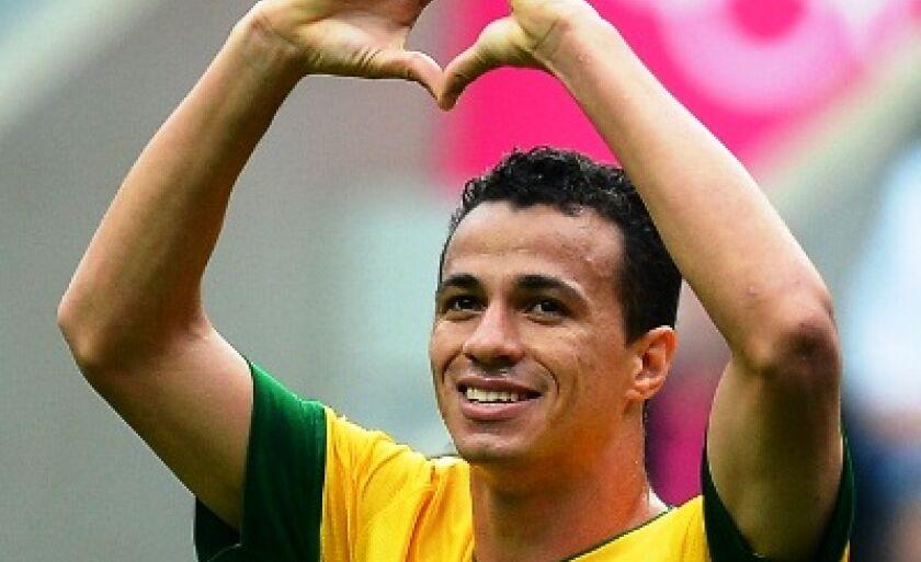 Leandro Damião comemora o gol marcado contra a Nova Zelândia