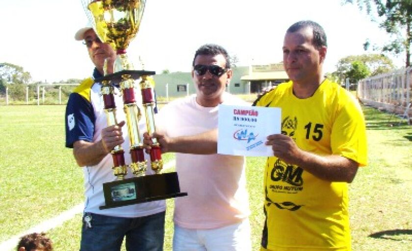 Joel, capitão de Água Clara, recebe o troféu e o cheque simbólico de R$ 900