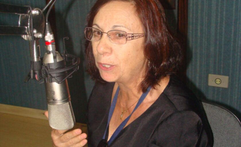 Gláucia Krunger, coordenadora da Vigilância Sanitária, no estúdio da Cultura FM