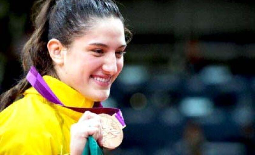 Brasileira sorri após receber a medalha de bronze