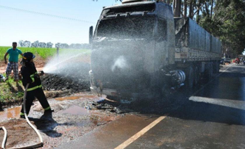 Bombeiros extinguiram fogo antes que chegasse a tanque de combustível