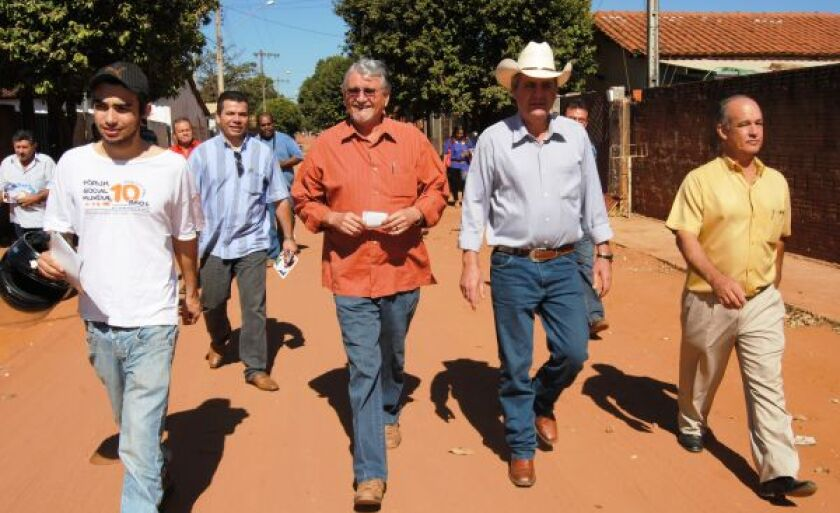 Guerreiro e Zeca percorrem ruas do Paranapungá