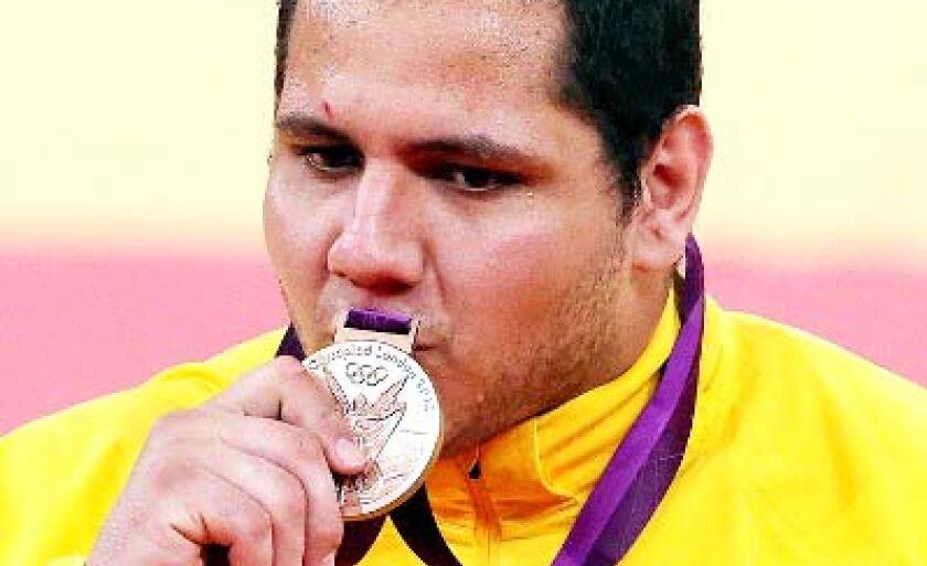 Rafael Silva beija a medalha em Londres
