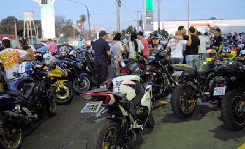 Espaços foram quase que completamente preenchidos pelas motos no estacionamento do posto