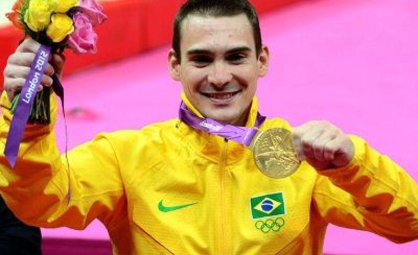 Arthur Zanetti comemora no pódio a medalha dourada