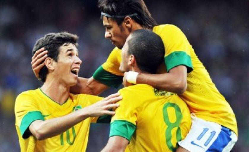 Brasileiros comemoram um dos gols sobre a Coreia do Sul