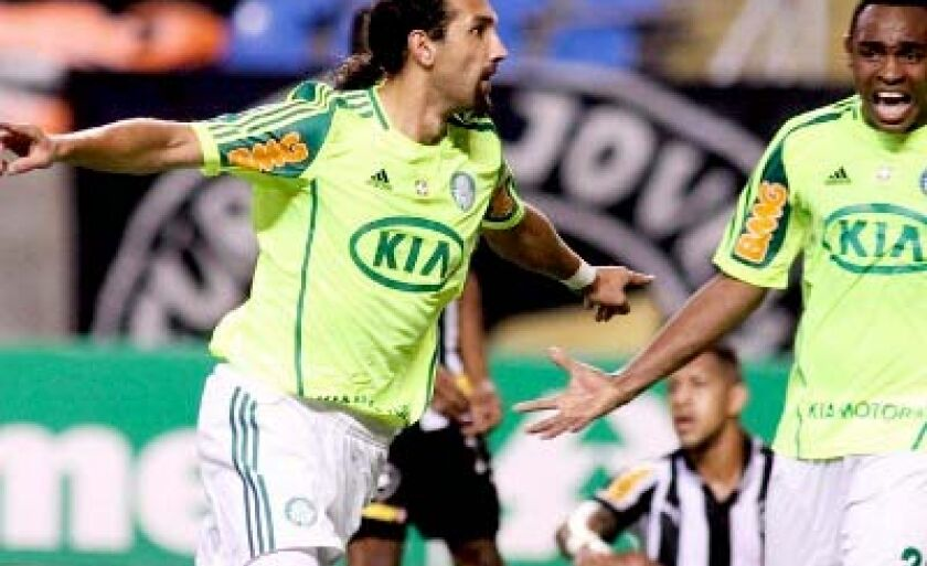 Centroavante Barcos (esq.) comemora gol marcado no Rio de Janeiro