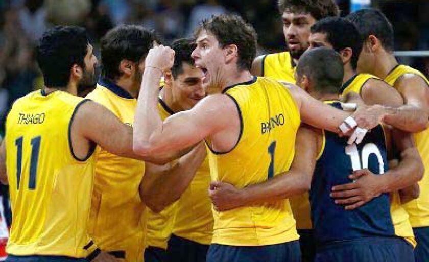 Brasileiros comemoram triunfo sobre a Itália na Arena do Vôlei em Londres