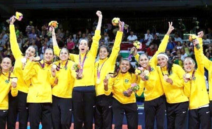 Meninas no pódio vibram com a medalha de ouro