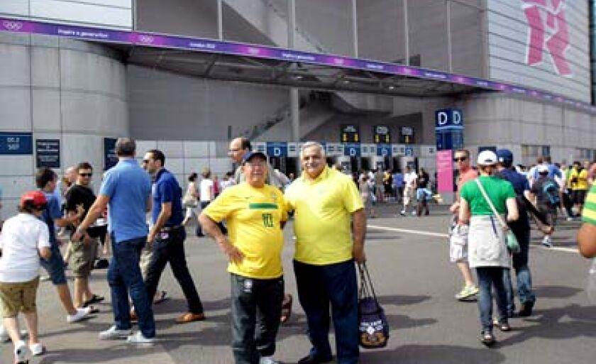 Presidente do Misto (esq.) em frente ao lendário estádio de Wembley, em Londres