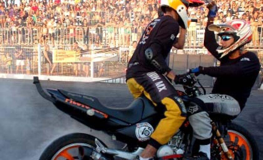 O wheeling caracteriza-se por manobras executadas sobre motos comuns