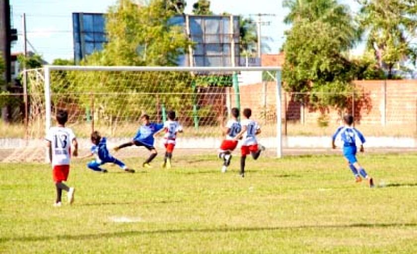Garotos terão que ter boas notas na escola para continuar jogando futebol na escolinha