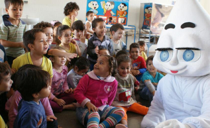 Zé Gotinha convida as crianças a participarem da campanha