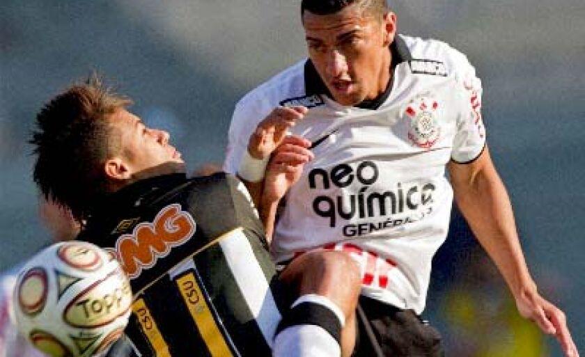 Neymar (esq.) e Ralf duelam mais uma vez, amanhã, na Vila Belmiro