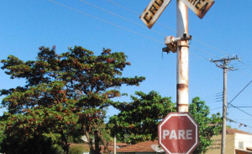 O Departamento Municipal de Trânsito e Sistemas Viários (Deptran) pode avaliar propostas de abertura de novos acessos entre bairros com passagens de nível sobre a ferrovia, no trecho do cruzamento da avenida Rosário Congro com a rua Duque de Caxias e