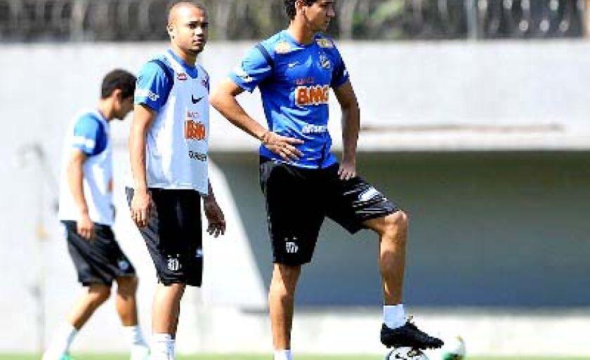 Adriano (esq.) e Ganso no treino do Santos na baixada