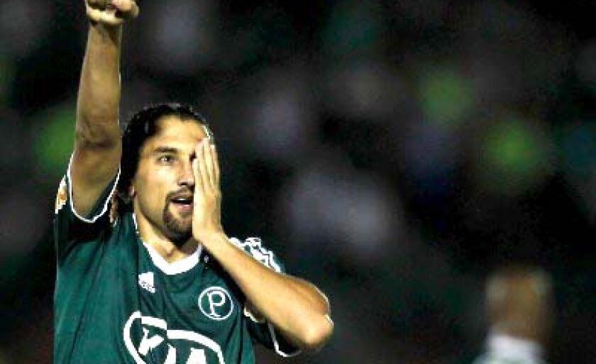 Argentino comemora imitando o personagem que deu origem a seu apelido